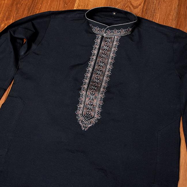 比翼仕立てのブラック クルタ・パジャマ上下セット インドの男性民族衣装 8 - 首周りの写真です