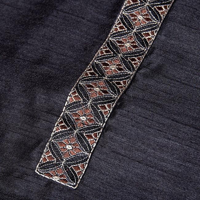 比翼仕立ての光沢ブラック クルタ・パジャマ上下セット インドの男性民族衣装 11 - 腕周りの写真です