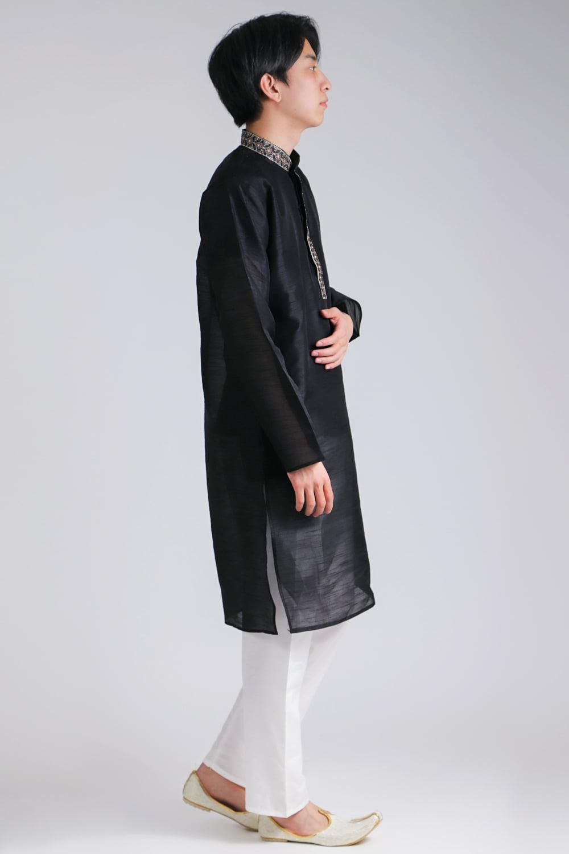 比翼仕立ての光沢ブラック クルタ・パジャマ上下セット インドの男性民族衣装 2 - 横からの写真です