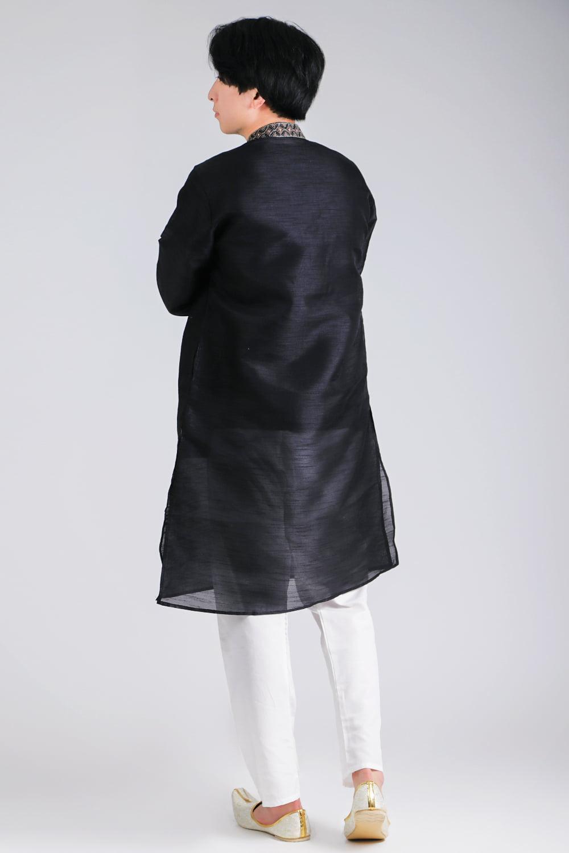 比翼仕立ての光沢ブラック クルタ・パジャマ上下セット インドの男性民族衣装 3 - 後ろからです