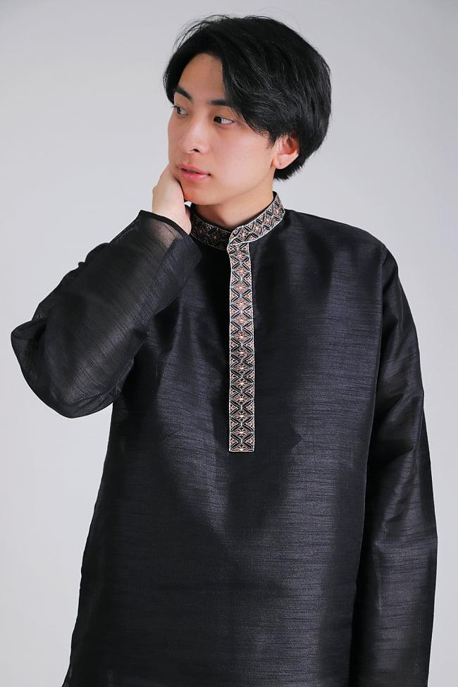 比翼仕立ての光沢ブラック クルタ・パジャマ上下セット インドの男性民族衣装 4 - 胸元の拡大写真です