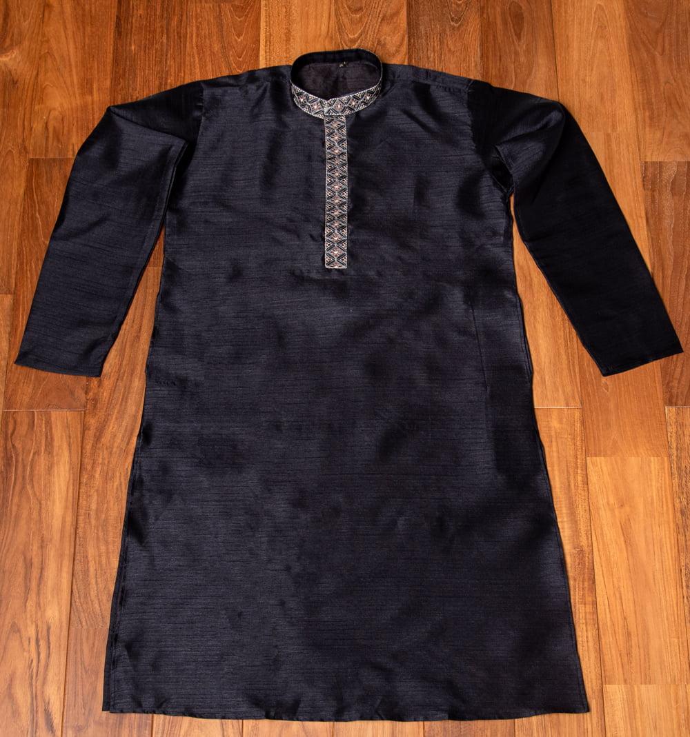 比翼仕立ての光沢ブラック クルタ・パジャマ上下セット インドの男性民族衣装 6 - 上着の全体写真です