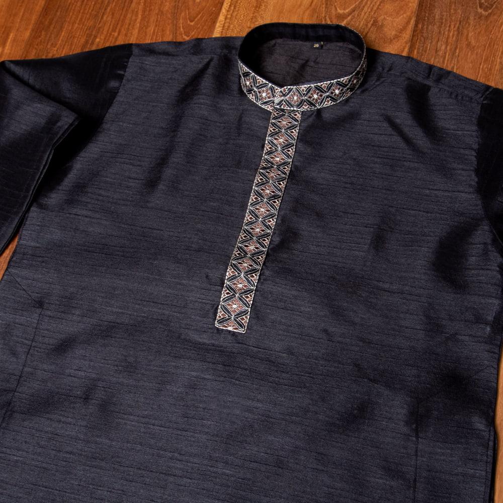 比翼仕立ての光沢ブラック クルタ・パジャマ上下セット インドの男性民族衣装 8 - 首周りの写真です