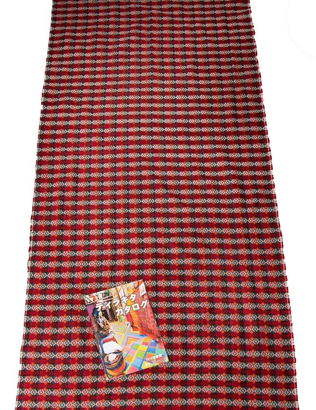 ネパール伝統のダッカ織り布 1メートル切り売り 7 - A4冊子と比べてみるとこれくらいの広がりです。