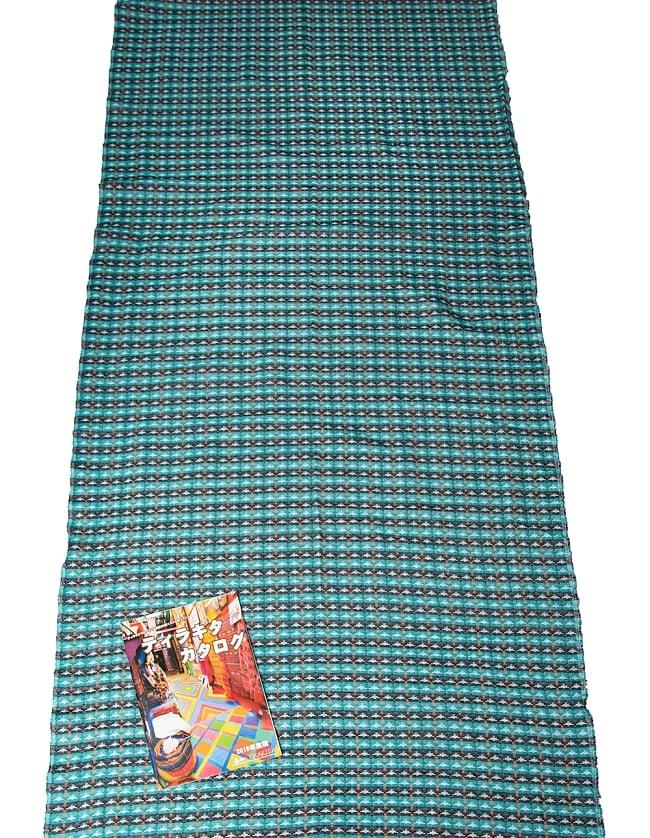 [約2メートル]ネパール伝統のダッカ織り布 7 - A4冊子と比べてみるとこれくらいの広がりです。