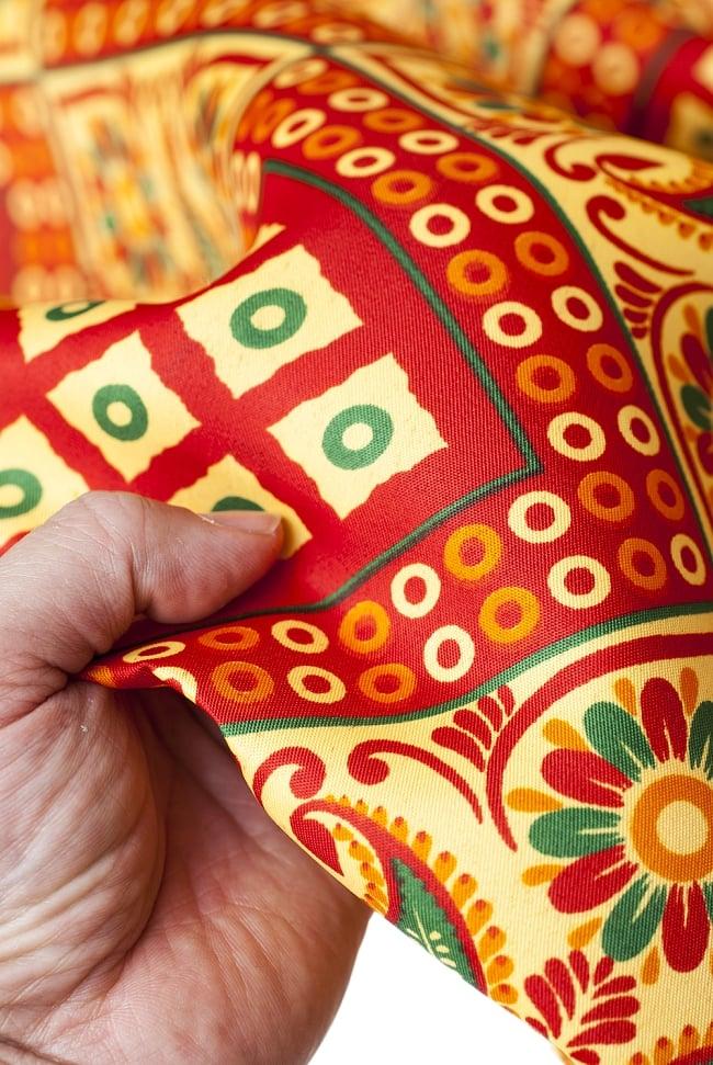 【横幅:153cm】パーティー向けデコレーション布(1m切り売り)の写真7 - サラサラとした触り心地で、しっかりした感じの手触りです。