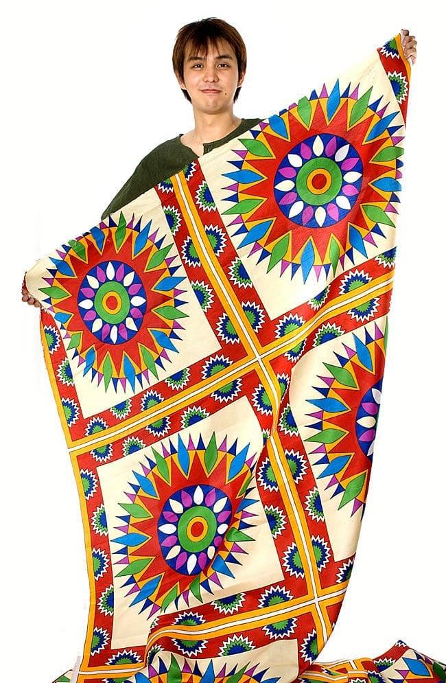 【横幅:148cm】パーティー向けデコレーション布(1m切り売り) 7 - 柄違いの布を、サイズ比較の為もってみた写真です。(以下の写真は同ジャンル品のものになります。)