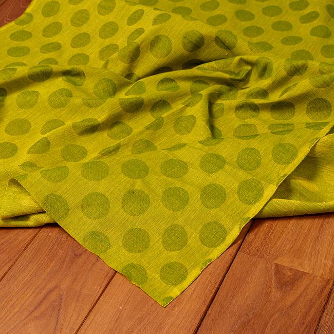 〔1m切り売り〕南インドのコインドット 水玉模様布〔幅約108cm〕 - グリーンティー系 5 - 生地の拡大写真です。とても良い風合いです。