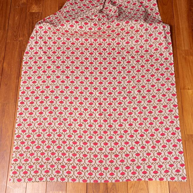 〔1m切り売り〕伝統息づく南インドから 更紗模様布〔幅約105cm〕 - ホワイト系 2 - 生地全体を広げてみたところです。1個あたり1mとして、ご注文個数に応じた長さにカットしてお送りいたします。