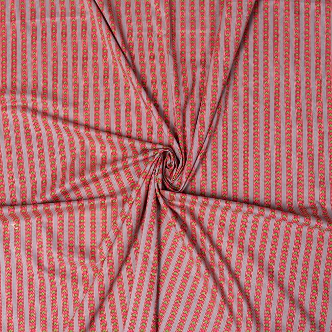 〔1m切り売り〕南インドのアローストライプ布〔幅約105cm〕 - グレー×ピンク系 4 - インドならではの布ですね。