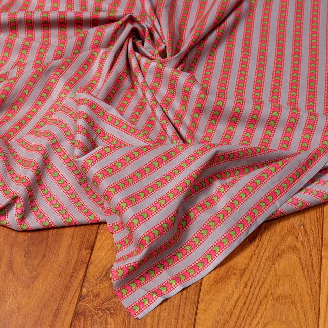 〔1m切り売り〕南インドのアローストライプ布〔幅約105cm〕 - グレー×ピンク系 5 - 生地の拡大写真です。とても良い風合いです。