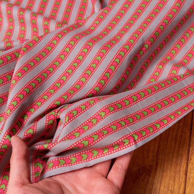 〔1m切り売り〕南インドのアローストライプ布〔幅約105cm〕 - グレー×ピンク系 6 - このような質感の生地になります