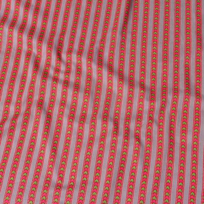 〔1m切り売り〕南インドのアローストライプ布〔幅約105cm〕 - グレー×ピンク系の写真