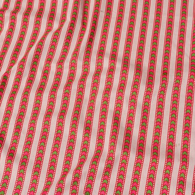 〔1m切り売り〕南インドのアローストライプ布〔幅約104.5cm〕 - ホワイト×ピンク系の写真