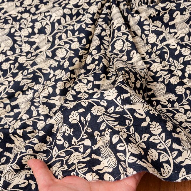 〔1m切り売り〕インドの更紗と馬模様パターン布〔幅約114cm〕 - ブラック系 6 - このような質感の生地になります