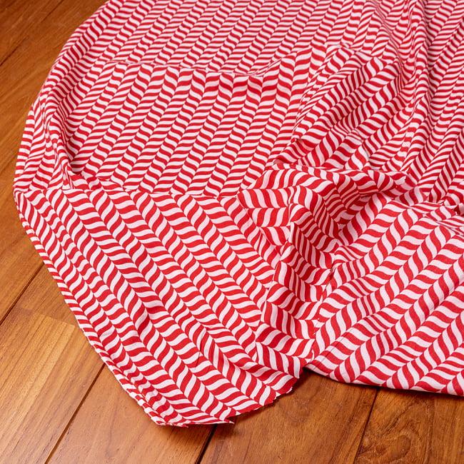 〔1m切り売り〕南インドのキャンディケインストライプ布 ヘリンボーン〔幅約109cm〕 - 赤×白系 5 - 生地の拡大写真です。とても良い風合いです。