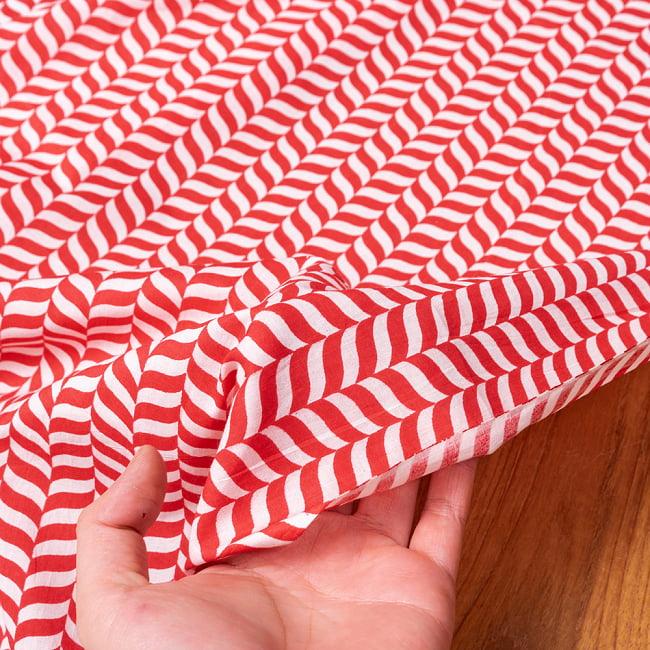 〔1m切り売り〕南インドのキャンディケインストライプ布 ヘリンボーン〔幅約109cm〕 - 赤×白系 6 - このような質感の生地になります