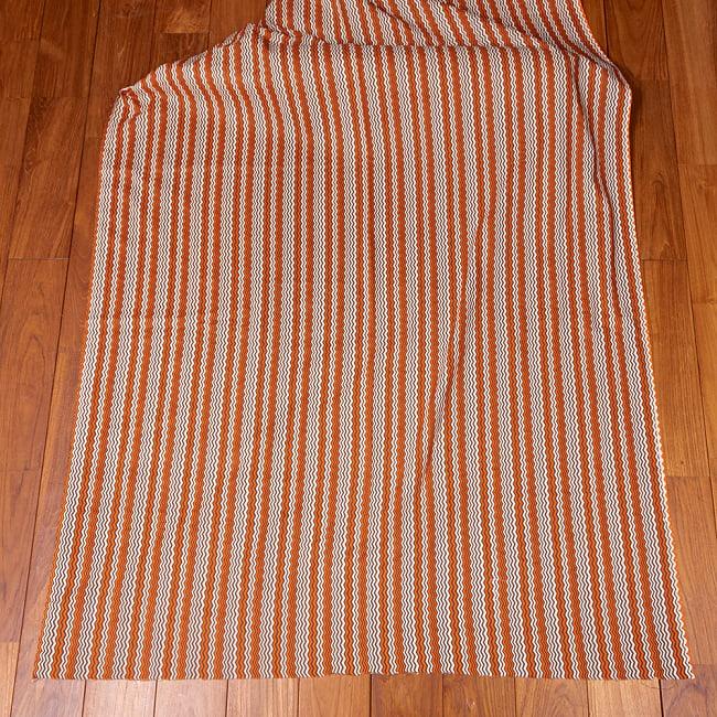 〔1m切り売り〕南インドのジグザグ模様 シェブロン・ストライプ布〔幅約110.5cm〕 - 白×オレンジ×グレー系 2 - 生地全体を広げてみたところです。1個あたり1mとして、ご注文個数に応じた長さにカットしてお送りいたします。