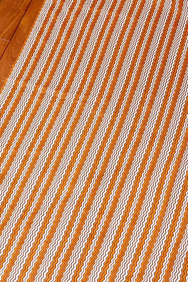 〔1m切り売り〕南インドのジグザグ模様 シェブロン・ストライプ布〔幅約110.5cm〕 - 白×オレンジ×グレー系 3 - 1mの長さごとにご購入いただけます。