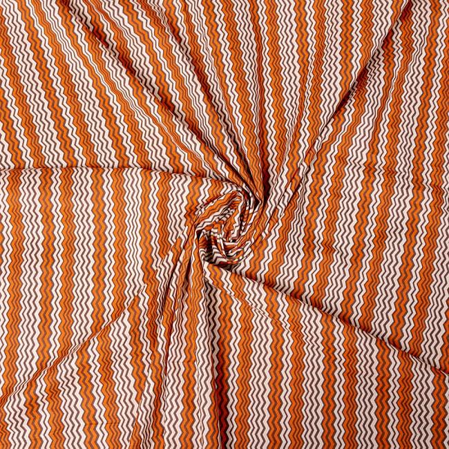 〔1m切り売り〕南インドのジグザグ模様 シェブロン・ストライプ布〔幅約110.5cm〕 - 白×オレンジ×グレー系 4 - インドならではの布ですね。