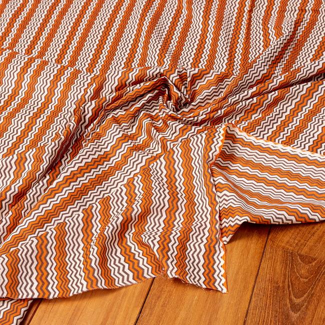 〔1m切り売り〕南インドのジグザグ模様 シェブロン・ストライプ布〔幅約110.5cm〕 - 白×オレンジ×グレー系 5 - 生地の拡大写真です。とても良い風合いです。