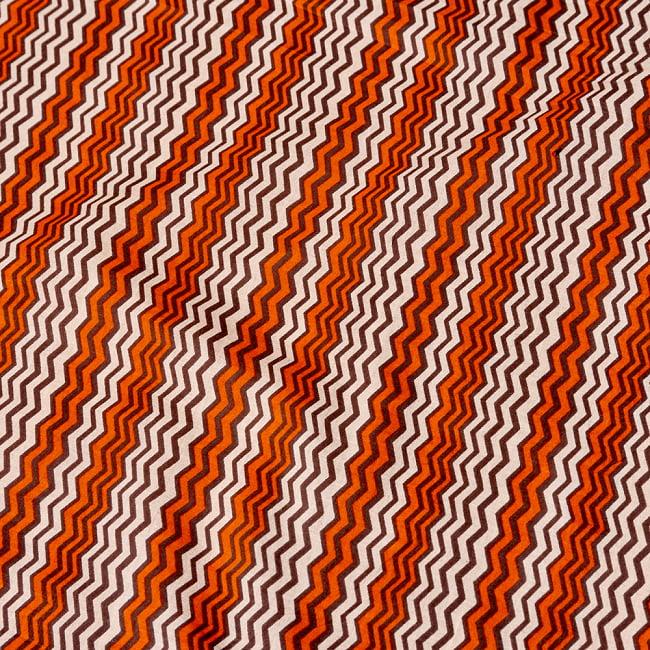 〔1m切り売り〕南インドのジグザグ模様 シェブロン・ストライプ布〔幅約110.5cm〕 - 白×オレンジ×グレー系の写真