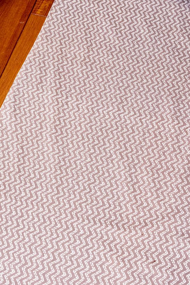 〔1m切り売り〕南インドのジグザグ模様 シェブロン・ストライプ布〔幅約106cm〕 - グレー×ホワイト系 3 - 1mの長さごとにご購入いただけます。