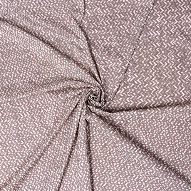 〔1m切り売り〕南インドのジグザグ模様 シェブロン・ストライプ布〔幅約106cm〕 - グレー×ホワイト系 4 - インドならではの布ですね。
