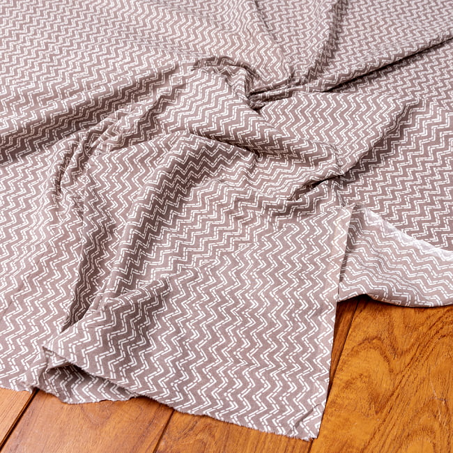 〔1m切り売り〕南インドのジグザグ模様 シェブロン・ストライプ布〔幅約106cm〕 - グレー×ホワイト系 5 - 生地の拡大写真です。とても良い風合いです。