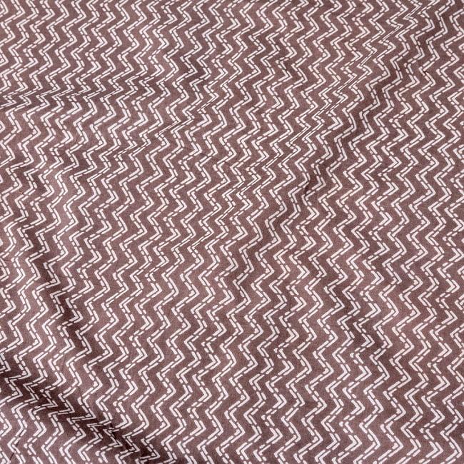 〔1m切り売り〕南インドのジグザグ模様 シェブロン・ストライプ布〔幅約106cm〕 - グレー×ホワイト系の写真