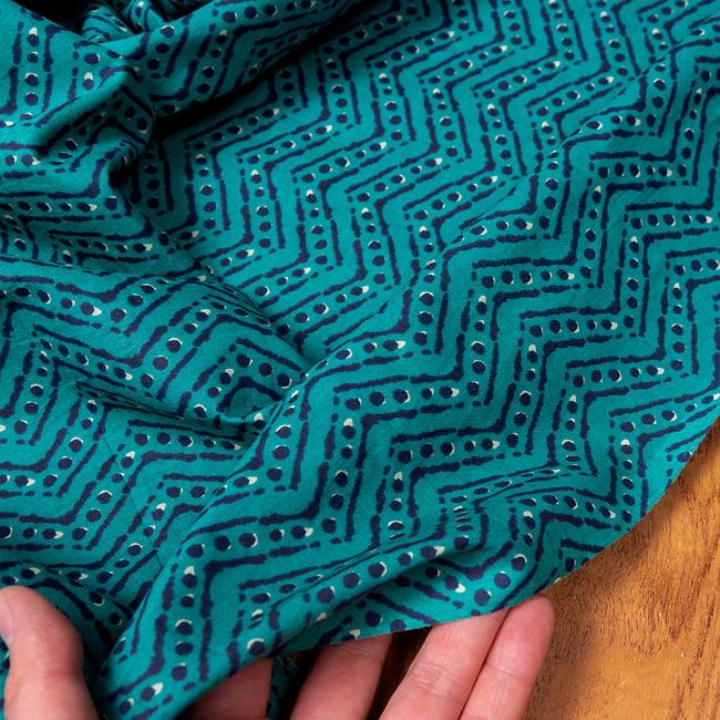 〔1m切り売り〕南インドのジグザグ模様 シェブロン・ストライプ布〔幅約108cm〕 - グリーン系 6 - このような質感の生地になります