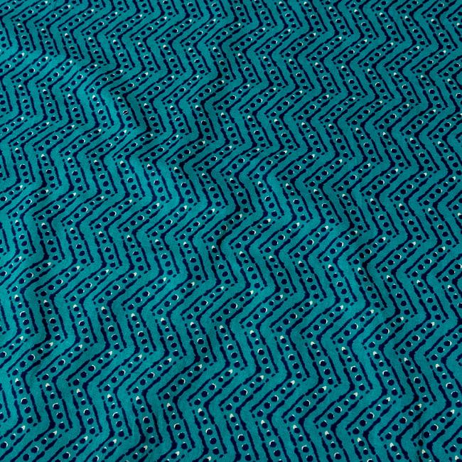 〔1m切り売り〕南インドのジグザグ模様 シェブロン・ストライプ布〔幅約108cm〕 - グリーン系の写真