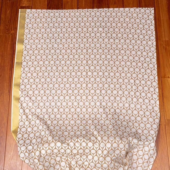 〔1m切り売り〕伝統息づく南インドから ゴールド装飾付きモダン花柄布〔幅約105cm〕 - ホワイト×ライトブラウン系 2 - 生地全体を広げてみたところです。1個あたり1mとして、ご注文個数に応じた長さにカットしてお送りいたします。