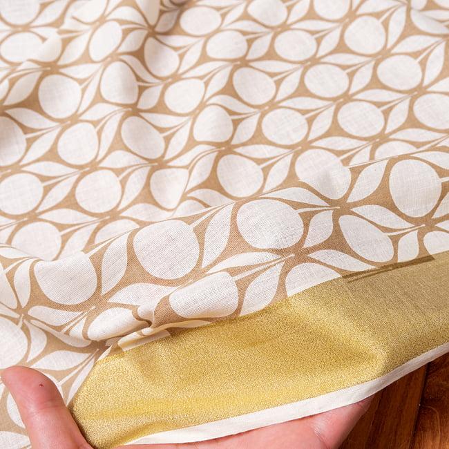 〔1m切り売り〕伝統息づく南インドから ゴールド装飾付きモダン花柄布〔幅約105cm〕 - ホワイト×ライトブラウン系 6 - このような質感の生地になります