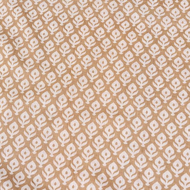 〔1m切り売り〕伝統息づく南インドから ゴールド装飾付き花柄布〔幅約104cm〕 - ホワイト×ライトブラウン系 4 - インドならではの布ですね。