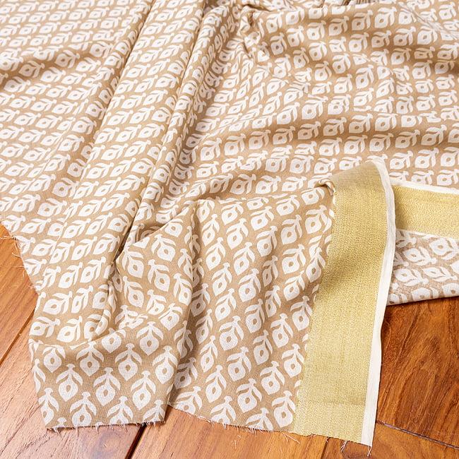 〔1m切り売り〕伝統息づく南インドから ゴールド装飾付き花柄布〔幅約104cm〕 - ホワイト×ライトブラウン系の写真