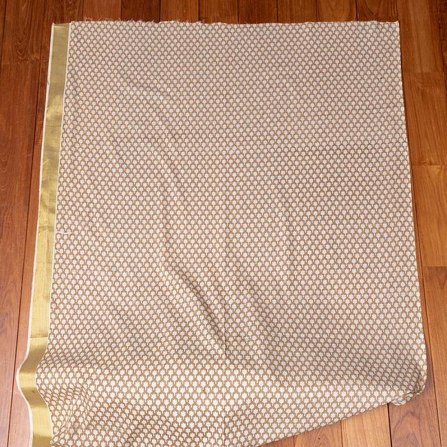 〔1m切り売り〕伝統息づく南インドから ゴールド装飾付きリーフ柄布〔幅約106cm〕 - ホワイト×ライトブラウン系 2 - 生地全体を広げてみたところです。1個あたり1mとして、ご注文個数に応じた長さにカットしてお送りいたします。
