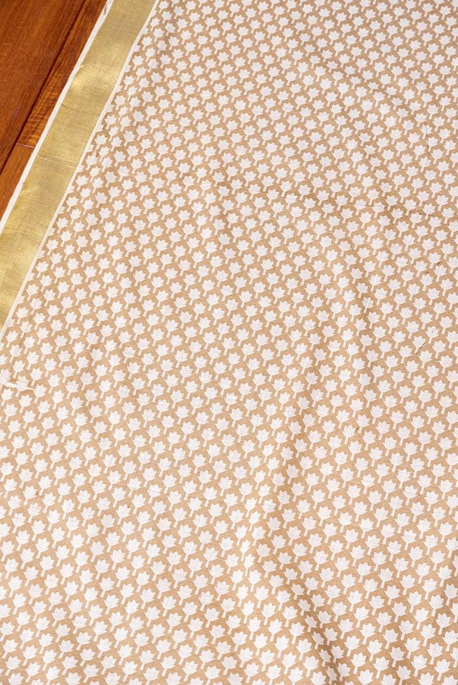 〔1m切り売り〕伝統息づく南インドから ゴールド装飾付きリーフ柄布〔幅約106cm〕 - ホワイト×ライトブラウン系 3 - 1mの長さごとにご購入いただけます。