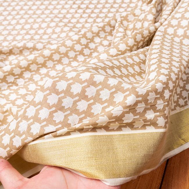 〔1m切り売り〕伝統息づく南インドから ゴールド装飾付きリーフ柄布〔幅約106cm〕 - ホワイト×ライトブラウン系 6 - このような質感の生地になります