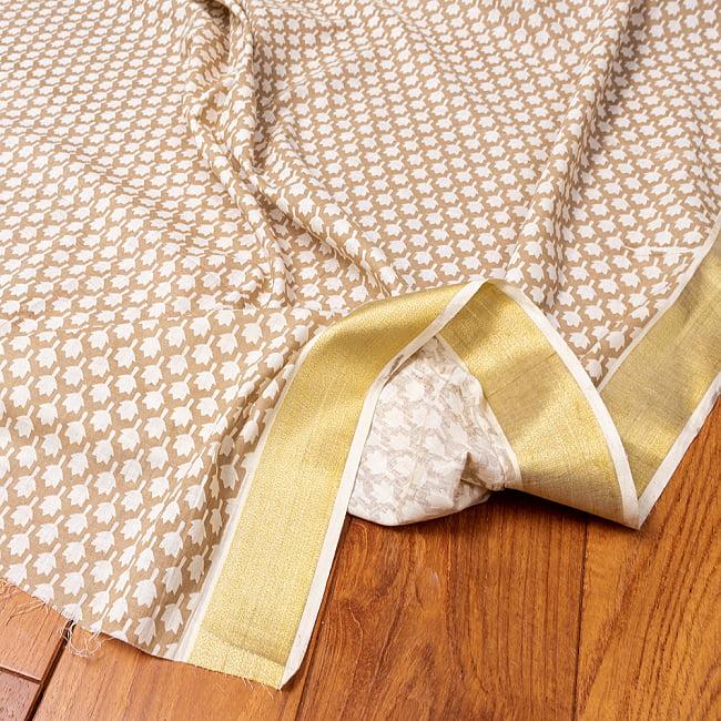 〔1m切り売り〕伝統息づく南インドから ゴールド装飾付きリーフ柄布〔幅約106cm〕 - ホワイト×ライトブラウン系の写真