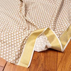 〔1m切り売り〕伝統息づく南インドから ゴールド装飾付きリーフ柄布〔幅約106cm〕 - ホワイト×ライトブラウン系