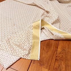 〔1m切り売り〕伝統息づく南インドから ゴールド装飾付きリーフ柄布〔幅約105cm〕 - ホワイト×ライトブラウン系