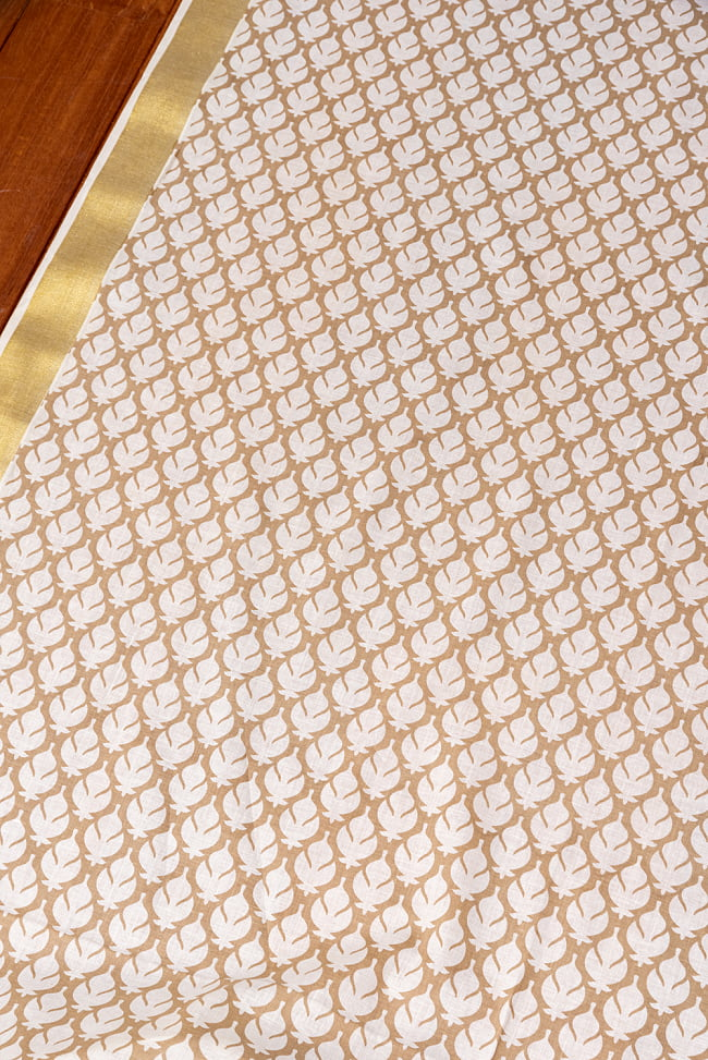 〔1m切り売り〕伝統息づく南インドから ゴールド装飾付き波模様布〔幅約104.5cm〕 - ホワイト×ライトブラウン系 3 - 1mの長さごとにご購入いただけます。