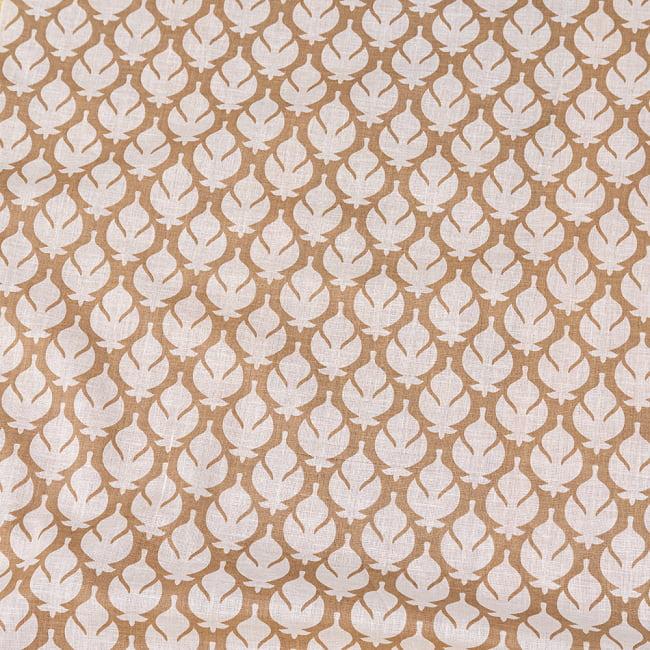 〔1m切り売り〕伝統息づく南インドから ゴールド装飾付き波模様布〔幅約104.5cm〕 - ホワイト×ライトブラウン系 4 - インドならではの布ですね。