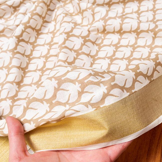 〔1m切り売り〕伝統息づく南インドから ゴールド装飾付き波模様布〔幅約104.5cm〕 - ホワイト×ライトブラウン系 6 - このような質感の生地になります