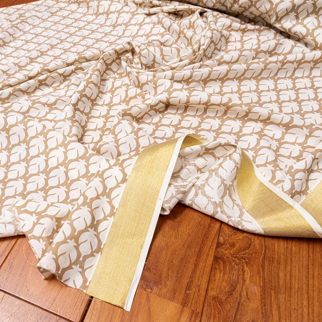 〔1m切り売り〕伝統息づく南インドから ゴールド装飾付き波模様布〔幅約104.5cm〕 - ホワイト×ライトブラウン系の写真
