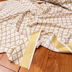 〔1m切り売り〕伝統息づく南インドから ゴールド装飾付き波模様布〔幅約104.5cm〕 - ホワイト×ライトブラウン系