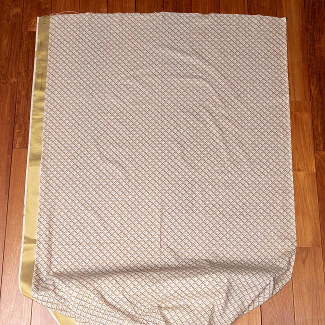 〔1m切り売り〕伝統息づく南インドから ゴールド装飾付き白い鳩模様布〔幅約106cm〕 - ホワイト×ライトブラウン系 2 - 生地全体を広げてみたところです。1個あたり1mとして、ご注文個数に応じた長さにカットしてお送りいたします。