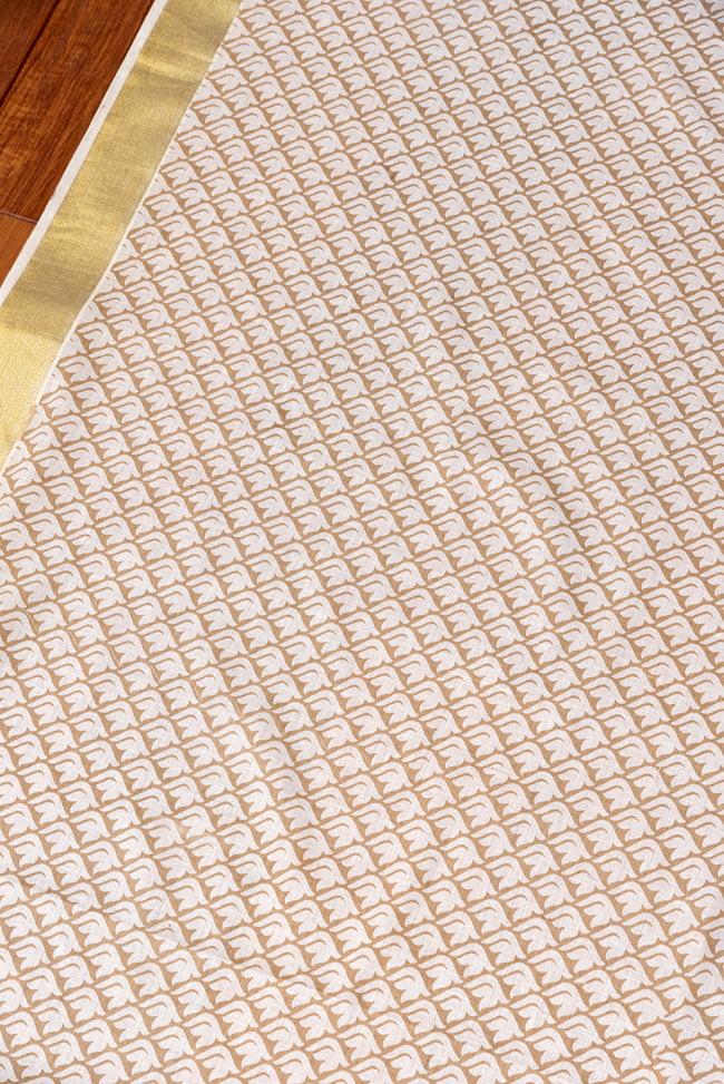 〔1m切り売り〕伝統息づく南インドから ゴールド装飾付き白い鳩模様布〔幅約106cm〕 - ホワイト×ライトブラウン系 3 - 1mの長さごとにご購入いただけます。