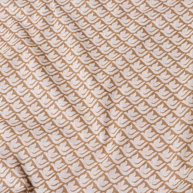 〔1m切り売り〕伝統息づく南インドから ゴールド装飾付き白い鳩模様布〔幅約106cm〕 - ホワイト×ライトブラウン系 4 - インドならではの布ですね。